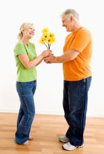 Mann gir sin kone blomster